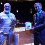 Mimoun Talbi krijgt lintje van burgemeester Verhoeve